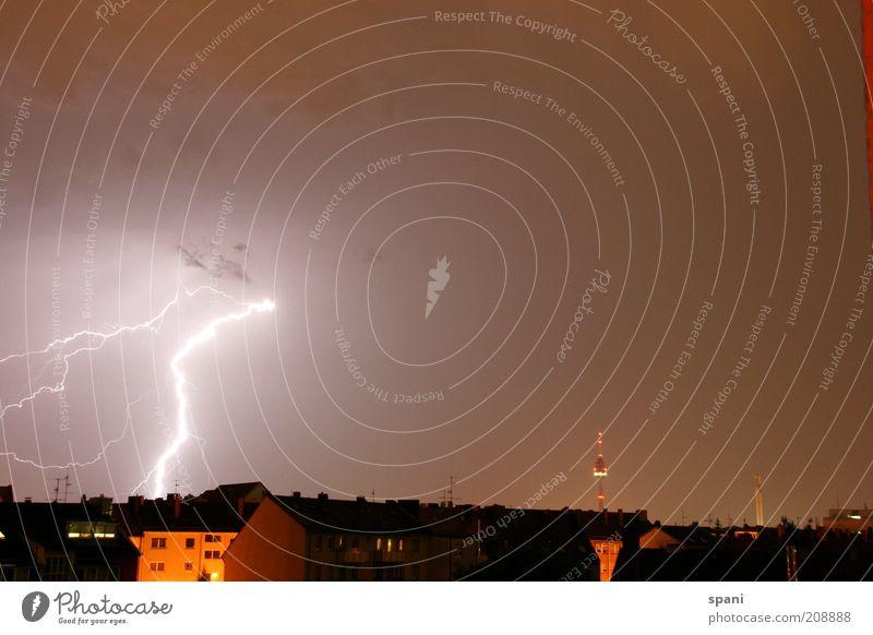 Treffer! Himmel Gewitterwolken Sommer Wetter schlechtes Wetter Unwetter Wind Regen Blitze Nürnberg Stadt Skyline Menschenleer Haus Dach Antenne Fernsehturm rot