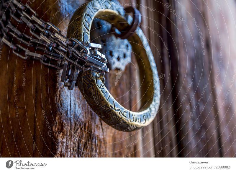 Alter Metallgriff an der Tür Stil Design Haus Dekoration & Verzierung Gebäude Architektur Holz Stahl alt modern braun Sicherheit Geborgenheit Tradition