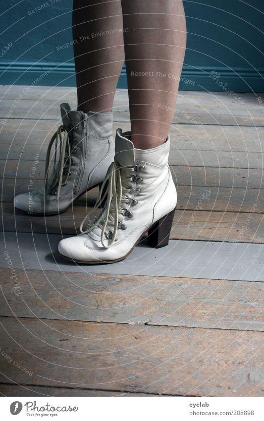 These boots are made... (2.Gang) Mensch feminin Frau Erwachsene Jugendliche Haut Beine Fuß 1 Haus Gebäude Mauer Wand elegant frech frisch hoch Mode Schuhe