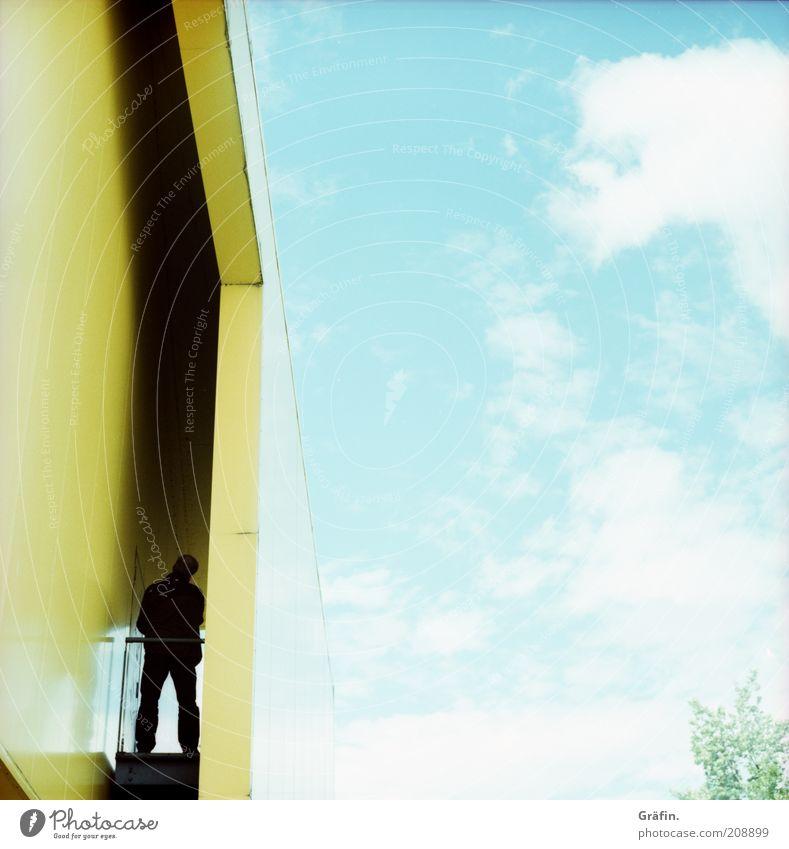 [H 10.1] Schwarzer Mann im gelben Pavillon Mensch Himmel blau Haus Wolken Einsamkeit hell maskulin Design Fassade stehen Idylle Neugier entdecken Surrealismus