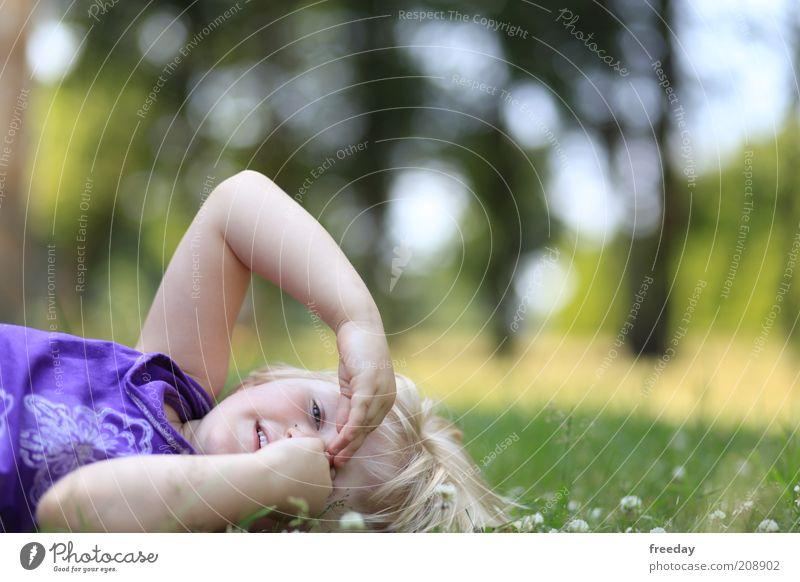 Das Haus vom... Leben Kind Mädchen Kindheit Gesicht Arme Hand Finger 3-8 Jahre Natur Landschaft Garten Park Wiese Kleid Haare & Frisuren blond liegen lustig
