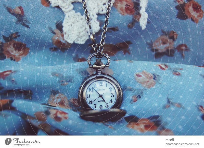 die zeit läuft alt Uhr Kleid Stoff Muster Halskette Messinstrument altehrwürdig Accessoire Licht Bekleidung Schmuck Blumenmuster Taschenuhr