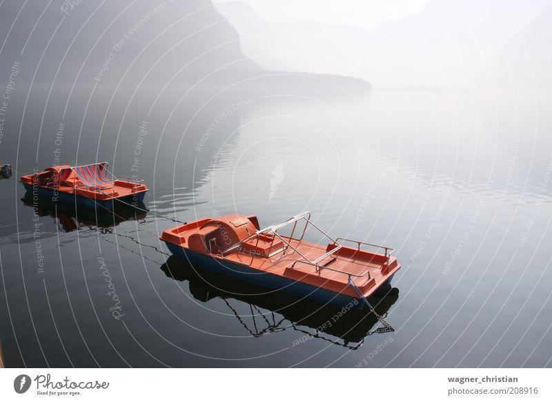 Boote am See Natur Wasser Ferien & Urlaub & Reisen ruhig Landschaft Berge u. Gebirge Stimmung Nebel Ausflug Tourismus trist Seeufer Gelassenheit Leichtigkeit