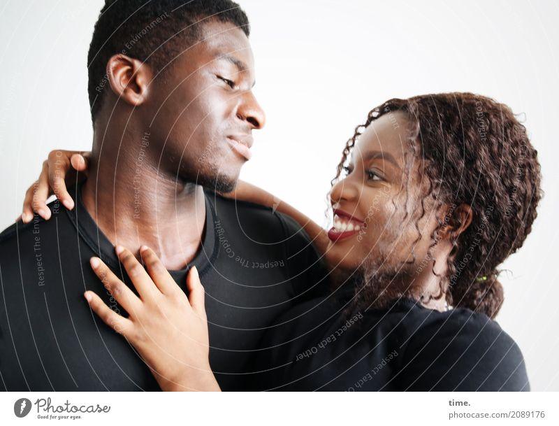 Kekeli und Arabella maskulin feminin Frau Erwachsene Mann 1 Mensch T-Shirt schwarzhaarig brünett kurzhaarig langhaarig Locken Zopf beobachten festhalten Lächeln