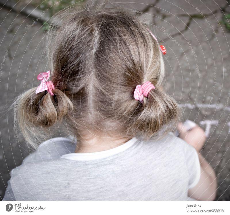 Kind mit Kreide Mensch Kind Mädchen ruhig Spielen Haare & Frisuren Kopf blond rosa Buchstaben schreiben Kindheit Konzentration niedlich zeichnen