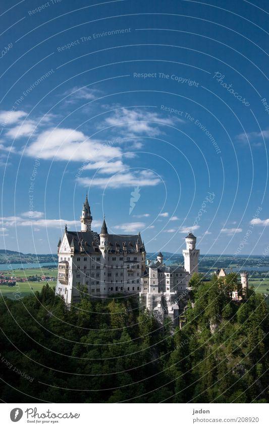 ludvig in the sky Traumhaus historisch Dekadenz Tourismus Märchenschloss Burg oder Schloss Neuschwanstein Sehenswürdigkeit Außenaufnahme Textfreiraum oben Tag
