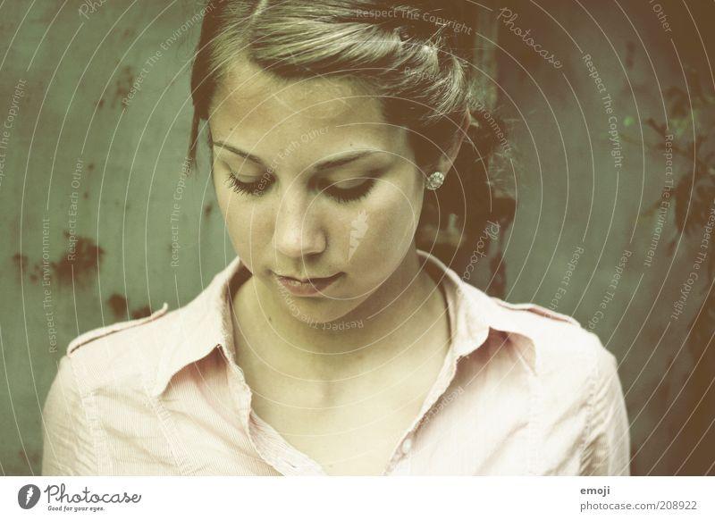 Herzchen Mensch Jugendliche schön feminin Kopf Denken authentisch nachdenklich genießen positiv Frau Ehrlichkeit Wahrheit Junge Frau
