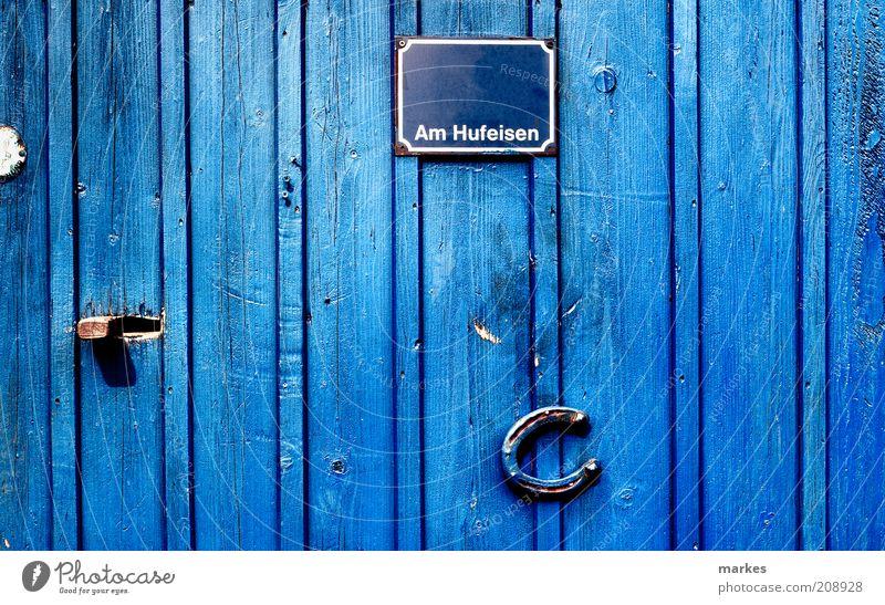 @home Tür blau Glück Farbe Surrealismus Hufeisen Namensschild Schlaglicht Farbfoto Außenaufnahme Menschenleer Tag Sonnenlicht Starke Tiefenschärfe