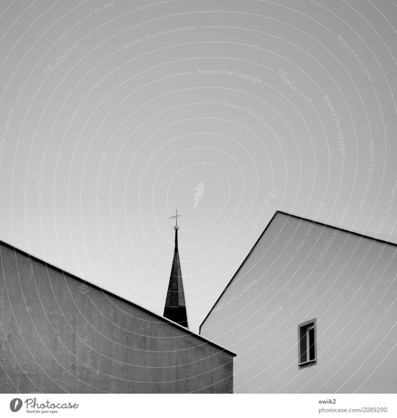 Einsame Spitze Wolkenloser Himmel Schönes Wetter Bautzen Lausitz Deutschland Stadtzentrum Haus Kirche Dom Gebäude Kirchturmspitze Christliches Kreuz Mauer Wand