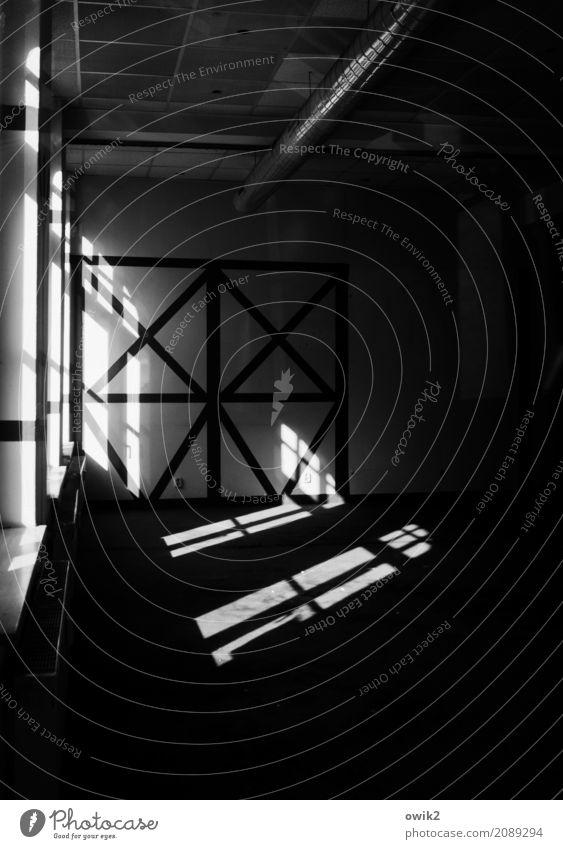 Verlassene Kneipe Fenster dunkel Wand Traurigkeit Mauer gehen Raum trist leer Vergänglichkeit Vergangenheit Trauer Gastronomie eckig stagnierend Misserfolg