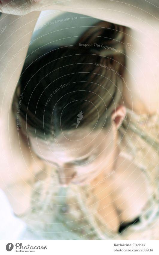 #208934 feminin Frau Erwachsene Kopf Haare & Frisuren Arme 1 Mensch 30-45 Jahre brünett hell dünn schön weich braun weiß liegen ausruhend Erholung natürlich