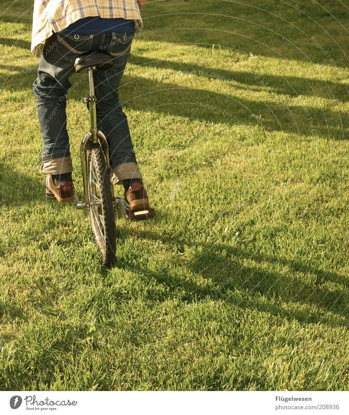 Darf ich dir ein Rad geben? Sommer Freude Sport Wiese Spielen Gras Beine Fahrrad Kraft Lifestyle Jeanshose fahren Rasen Freizeit & Hobby Fahrradfahren