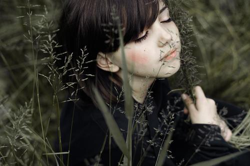 the girl who sleeps between the tides Mensch schön Pflanze ruhig Gesicht Erholung dunkel feminin Gefühle Gras Kopf träumen Stimmung sitzen natürlich berühren