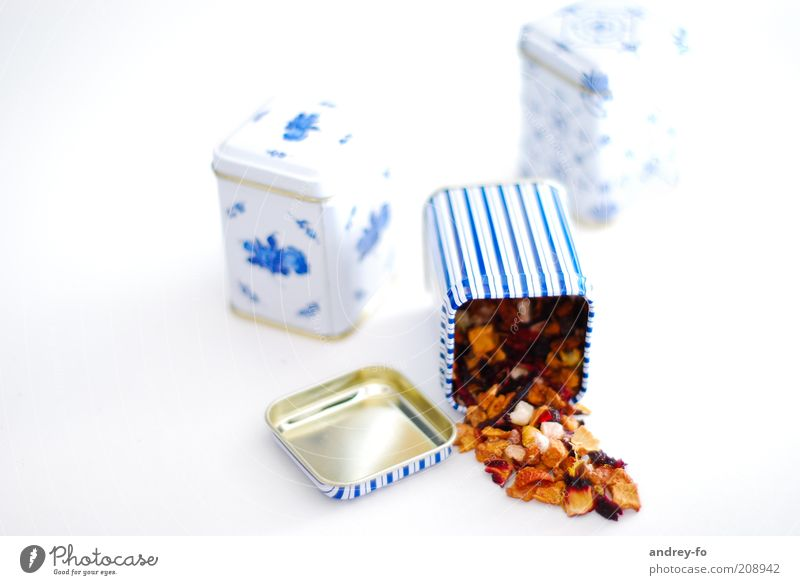 Teedosen Dose Metall lecker ästhetisch aromatisch Früchtetee Plastikdose Teekultur Yoga-Tee Studioaufnahme Studiobeleuchtung duftig blau Streifen Farbfoto