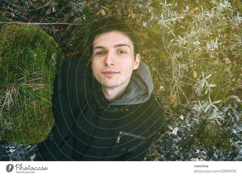 Junger Mann, der in der Natur liegt Lifestyle Ferien & Urlaub & Reisen Abenteuer Freiheit Mensch maskulin Jugendliche 1 18-30 Jahre Erwachsene Umwelt Pflanze