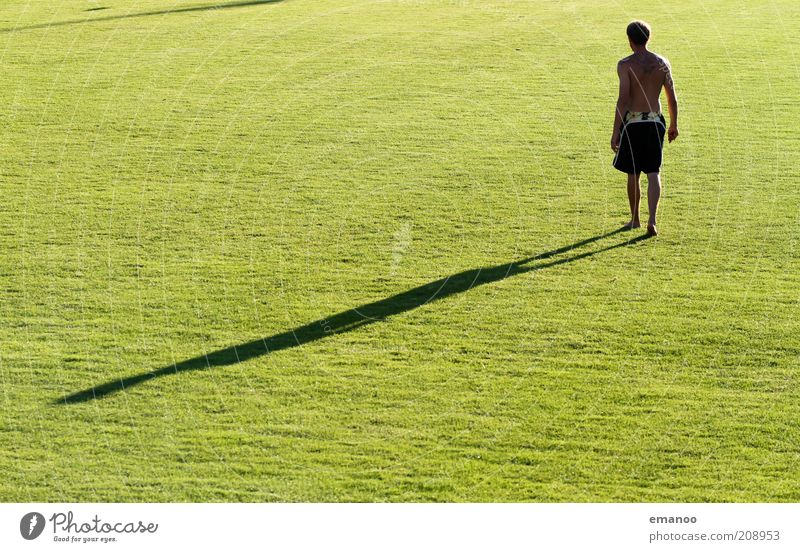 shadow warrior Mensch Mann Jugendliche grün Erwachsene Freiheit Bewegung Kraft gehen Freizeit & Hobby maskulin 18-30 Jahre Rasen Sportrasen Junger Mann Shorts