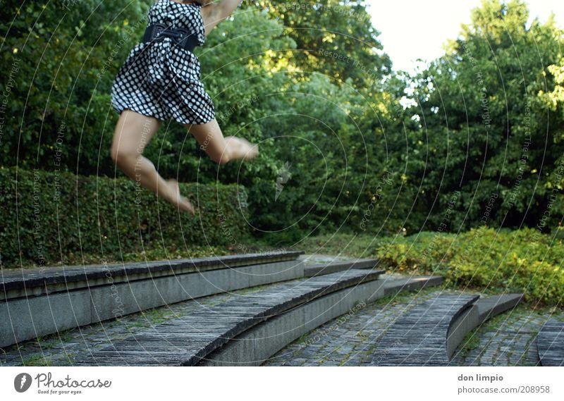 fast weg... Mensch Jugendliche Baum Sommer Freude Erwachsene Leben feminin Freiheit springen Mode Park Tanzen Freizeit & Hobby fliegen hoch