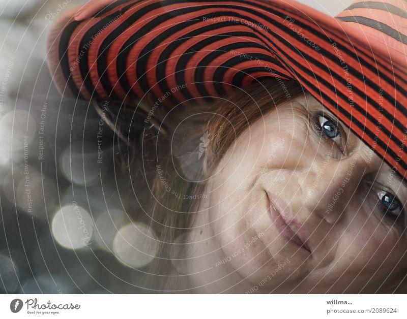 Verträumtes Porträt einer glücklich lächelnden  Frau mit blauen Augen und rotem Hut Glück Mensch feminin Erwachsene Gesicht Lächeln Gefühle Fröhlichkeit