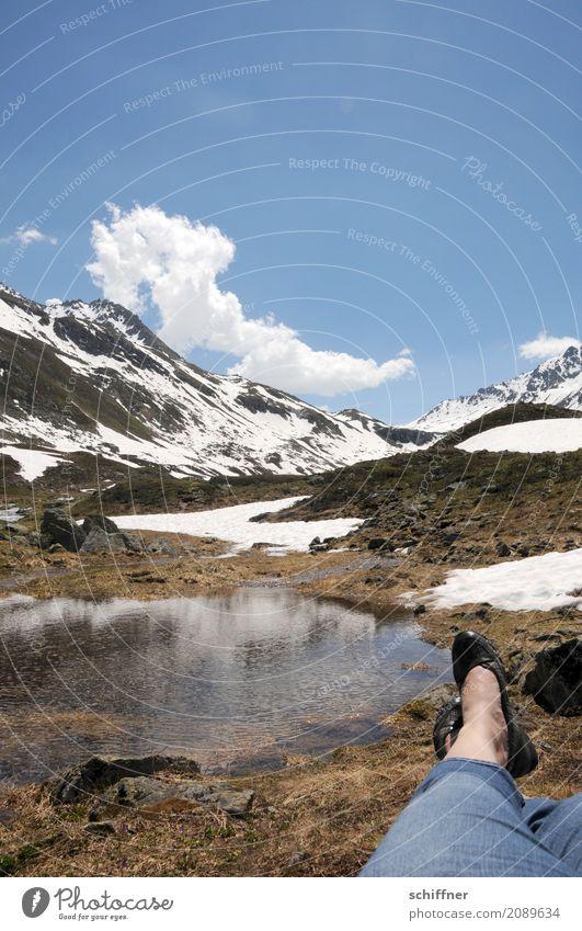 Die dem Wolkenwurm zuschaut Mensch Himmel Natur Landschaft Erholung Berge u. Gebirge Umwelt Beine Schnee Fuß See Felsen liegen genießen Schönes Wetter