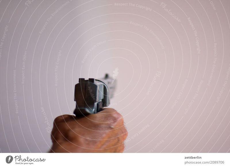 Pistole Aggression Angriff bedrohlich Erwachsene Gewalt Kriminalität Mann Mensch Waffe Überfall Faust Hand festhalten zielen Ziel Textfreiraum Diebstahl Kimme