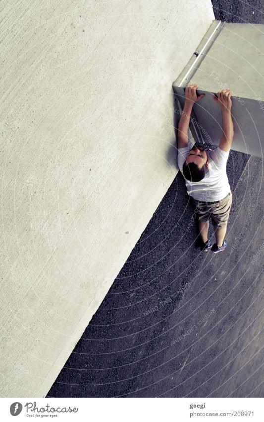 hangin' around II Klettern Mensch maskulin Mann Erwachsene 1 Betonwand Betonboden Teer Säule Träger T-Shirt Shorts brünett Bart festhalten hängen sportlich