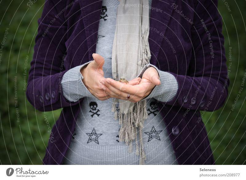ich kann dich halten Mensch Natur Hand Tier Umwelt Herbst klein Freizeit & Hobby Wildtier Ausflug Bekleidung Junge Frau Symbole & Metaphern festhalten Schutz