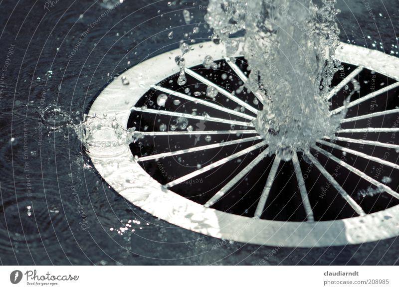 Sommerfrische Wasser Wassertropfen Wärme Stein Metall Flüssigkeit kalt nass Wasserfontäne Brunnen Springbrunnen Gitterrost Erfrischung kühlen spritzen Kreis