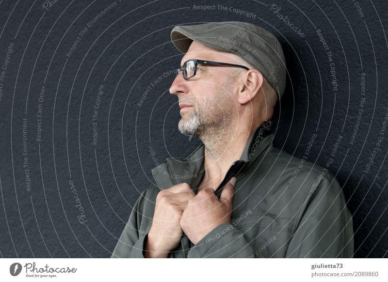 AST 10 | Zuversicht maskulin Mann Erwachsene Mensch 45-60 Jahre Jacke Brille Hut Mütze Schirmmütze grauhaarig kurzhaarig Bart Dreitagebart Denken Blick stehen