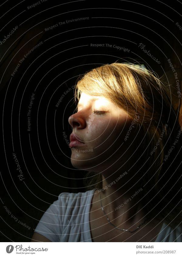 im Schweiße deines Angesichts Jugendliche Gesicht schwarz Einsamkeit Gefühle träumen Haut blond natürlich Sehnsucht geheimnisvoll genießen langhaarig Halskette