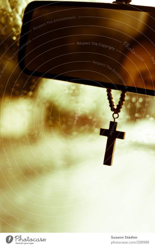 On a dark desert highway Frau schön Straße Wege & Pfade Kopf Regen Religion & Glaube Verkehr Schutz Glaube Christliches Kreuz Kreuz Verkehrswege Autofahren Kette Gott