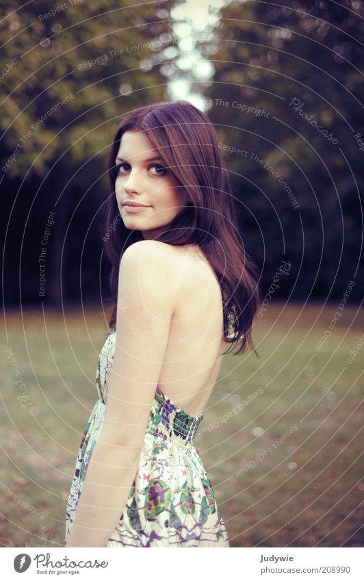 (Augen)blick elegant Stil schön Sommer Mensch feminin Junge Frau Jugendliche Erwachsene 18-30 Jahre Natur Baum Park Mode Kleid schwarzhaarig langhaarig Blick