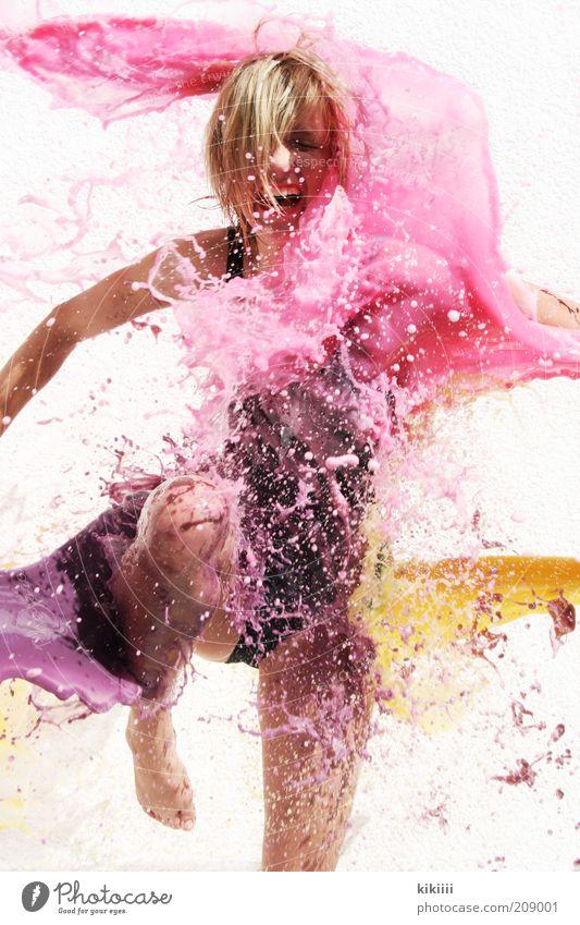 spritzig feminin Junge Frau Jugendliche 1 Mensch Bikini Badeanzug blond kurzhaarig Wasser Tropfen Bewegung schreien springen Flüssigkeit nass gelb rosa schwarz