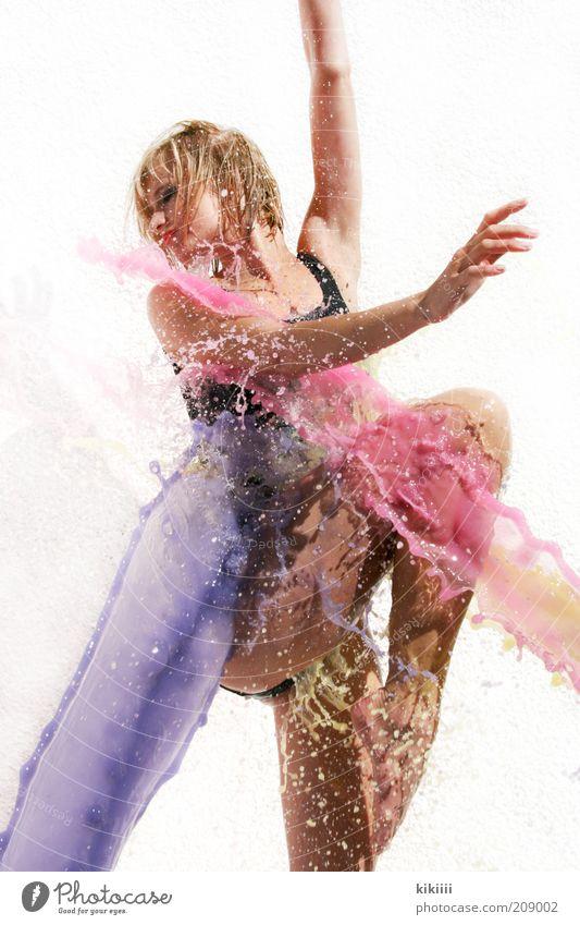 lila Mensch Jugendliche Wasser weiß schön schwarz feminin Bewegung Farbstoff Gesundheit blond Tanzen rosa nass Tropfen Junge Frau