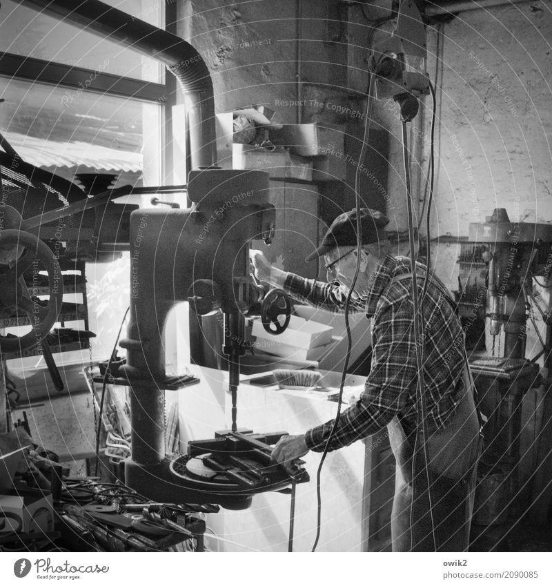 Ironman Arbeit & Erwerbstätigkeit Beruf Handwerker Arbeitsplatz Schmiede Bohrmaschine Mensch Männlicher Senior Mann 1 60 und älter Kabel Metall stehen
