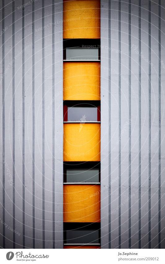 13te Etage links Haus Hochhaus Architektur Mauer Wand Fassade Fenster Beton eckig grau orange Streifen gelb gestreift aufwärts Mitte Fensterscheibe Fensterfront