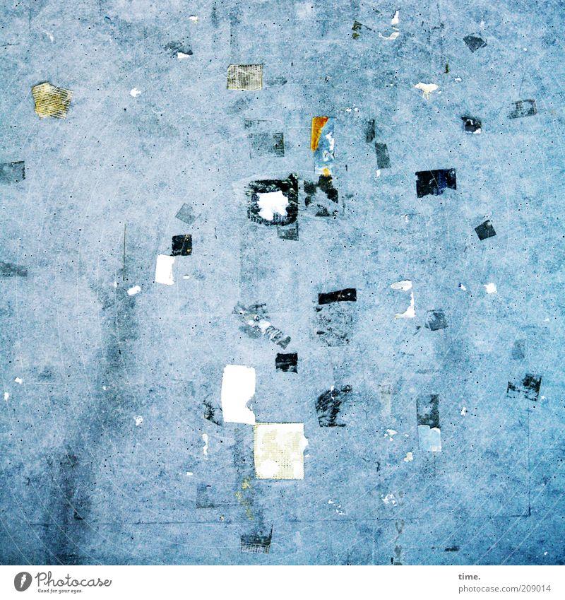 [H10.1] - Modern Art (Slight Return of Reste einer Ausstellung) blau Wand grau Kunst dreckig Beton Zeichen Kunststoff Zettel chaotisch durcheinander Rest kleben Befestigung Klebstoff Tafel