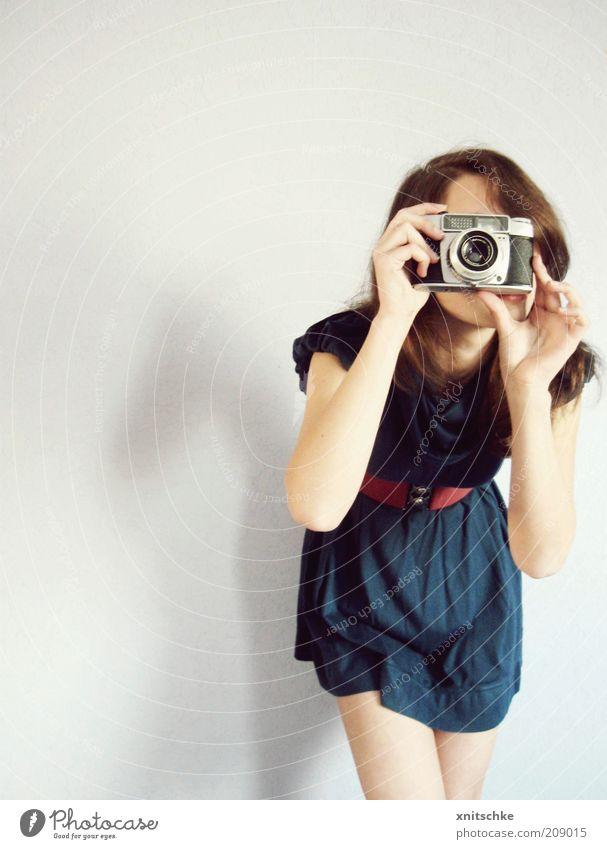 Linsen-Durchblick Jugendliche blau rot Freude feminin grau Freizeit & Hobby Fotografie modern Lifestyle Stoff Kleid festhalten Neugier Fotokamera
