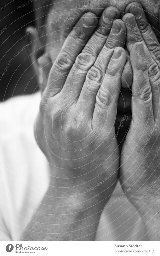 keiner zu Hause Mann Hand Erwachsene Kopf maskulin Finger Trauer T-Shirt Falte nah Schmerz verstecken Verzweiflung weinen Scham schließen