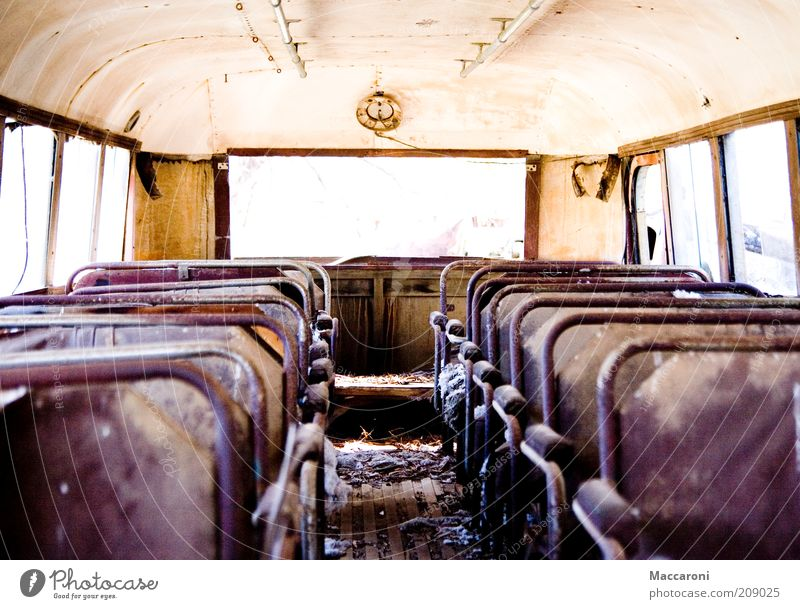 Klassenfahrt 1978 alt Einsamkeit Ferne Freizeit & Hobby dreckig leer Ausflug kaputt Brand Feuer retro Symbole & Metaphern verfallen schäbig Fensterscheibe Bus
