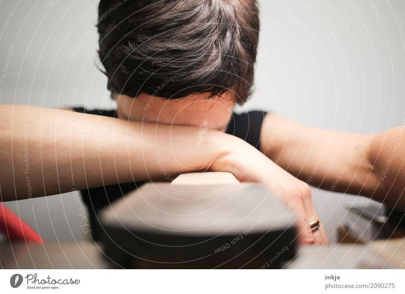 Freitag. Zeit fürs Wochenende. Mensch Frau Hand Erwachsene Leben Traurigkeit Gefühle Kopf Arbeit & Erwerbstätigkeit liegen modern sitzen 45-60 Jahre Arme Tisch