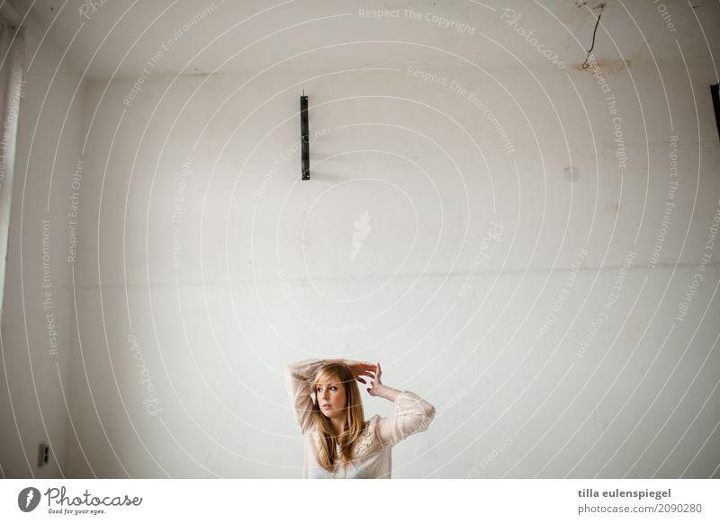 I Mensch Frau Jugendliche Junge Frau schön weiß Erholung Einsamkeit ruhig 18-30 Jahre Erwachsene Leben Traurigkeit Bewegung feminin Denken