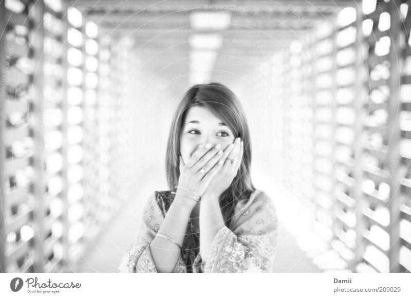 No you didn't! Jugendliche Freude feminin Glück lachen lustig Brücke Kommunizieren Lebensfreude brünett Frau Leichtigkeit Überraschung langhaarig Entsetzen