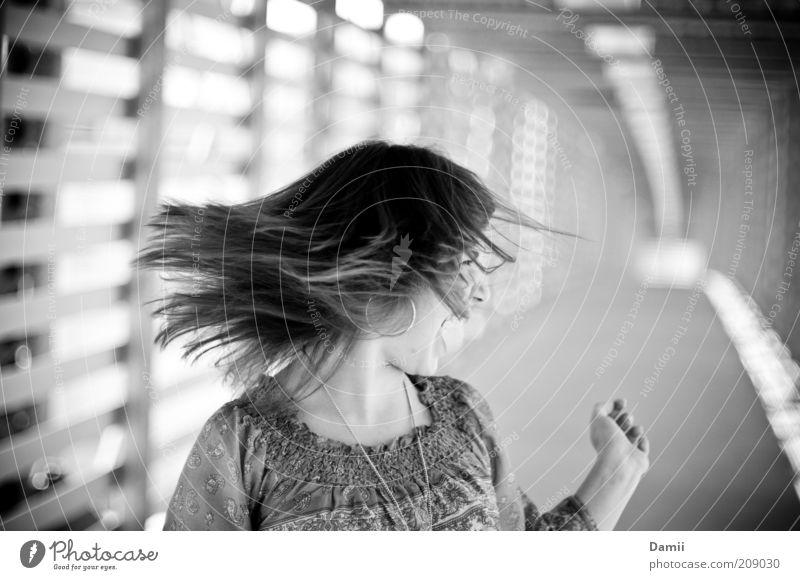 NO! Mensch Jugendliche feminin Gefühle Bewegung Haare & Frisuren Stimmung Kraft verrückt Brücke wild Wut schreien Frau brünett Ärger