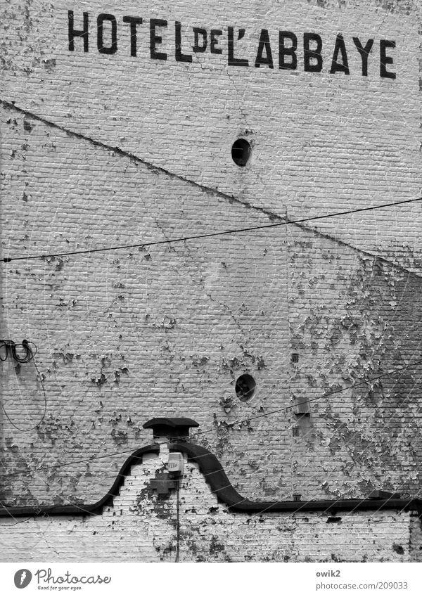 Hotel Belgien Haus Bauwerk Gebäude Architektur Mauer Wand Fassade grau schwarz weiß verfallen Farbe Anstrich Linie Putz Putzfassade Schriftzeichen Buchstaben