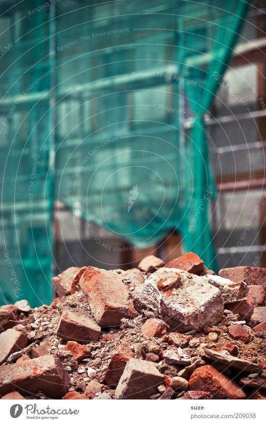 Bauhaus Baustelle Gebäude Stein Backstein bauen alt authentisch dreckig groß trist rot stagnierend Wandel & Veränderung Steinhaufen Demontage Restauration Müll