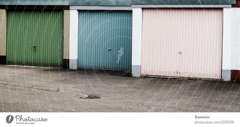 Tor drei bitte! Garage Garagentor Eingang Eingangstor Bauwerk Gebäude Tür Hof Einfahrt Metall Linie eckig einfach blau grau grün rosa weiß Langeweile Farbfoto