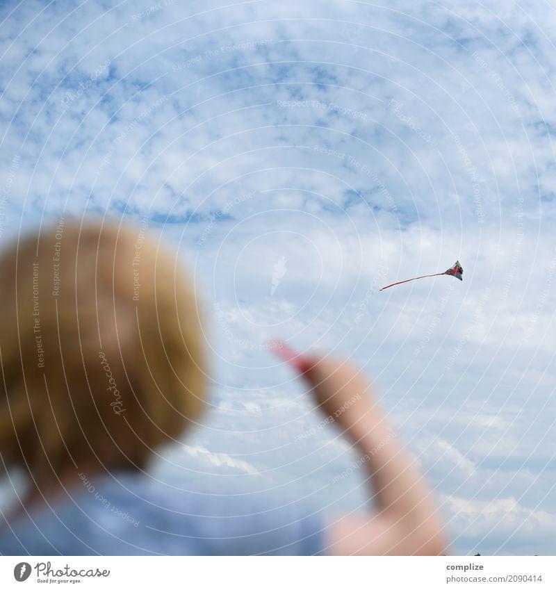 Drachen Kind Himmel Natur Ferien & Urlaub & Reisen Hand Meer Freude Strand Herbst Junge Familie & Verwandtschaft Spielen Freizeit & Hobby Kindheit Rücken Wind