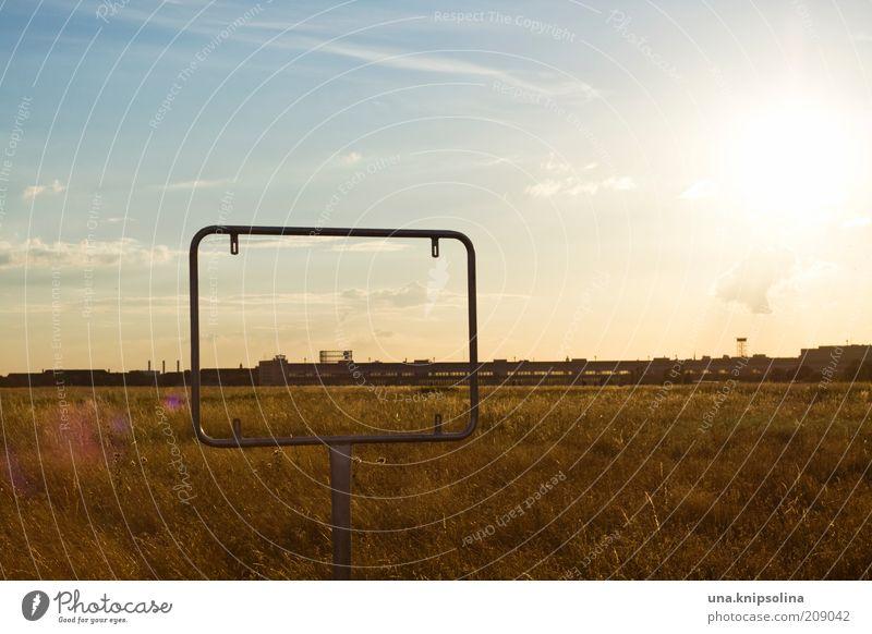 ein_rahmen Landschaft Horizont Sonnenlicht Schönes Wetter Wiese Berlin Flughafen Flugplatz Perspektive Rahmen einrahmen Freiheit Ferne Schilder & Markierungen