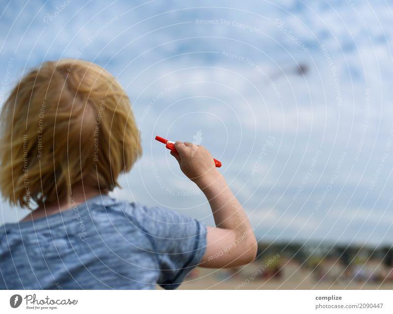 Drachen Kind Himmel Ferien & Urlaub & Reisen Sommer Wolken Freude Strand Spielen Freizeit & Hobby Luft Kindheit Wind Sommerurlaub Kleinkind steigen