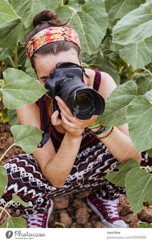Junge Frau, die Fotos in der Natur macht Lifestyle Stil Freizeit & Hobby Fotografie Fotokamera Mensch feminin Jugendliche 1 18-30 Jahre Erwachsene Umwelt